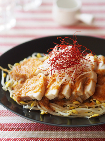 豪華なメインディッシュにぴったりなのは、豚バラ肉のブロックを使った料理です。じっくり蒸すので、もっちりとした食感に仕上がります。茹でた豆もやしの上に並べたら、白髪ねぎと糸唐辛子をトッピング。白と赤の鮮やかなコントラストが食欲をさらにそそります。