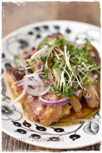 一方、こちらはブロッコリースプラウトと赤たまねぎをトッピングした鶏肉料理です。揚げ焼きした鶏もも肉を、野菜のトッピングとゴマポン酢でさっぱり味に。見栄えも栄養バランスもバッチリですね!