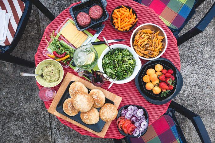 持ち寄りパーティーをする時は「主食担当」「デザート担当」など、あらかじめ役割を決めておくと、持参するお料理が重なる心配がありません。また、人数はどれくらいか、お酒を飲む人はいるのか、子供も来るのか……など、事前にざっくり状況を把握しておくと、レシピを選ぶ時のポイントになりますよ♪