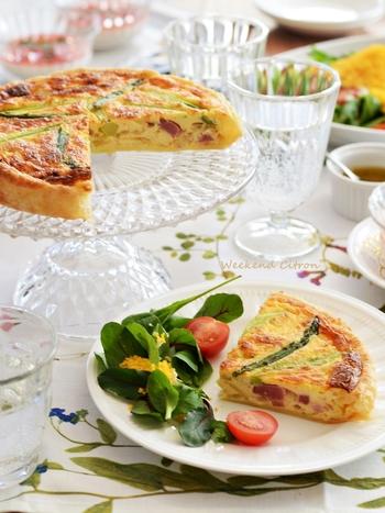 冷凍パイシートを使用してつくる簡単キッシュは、あらかじめカットしておけば取り分けも楽チン。卵とアスパラの色合いもキレイで、持ち寄りパーティーにピッタリな一品です。