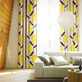 黄色の花柄が目を引くカーテンは、お部屋を明るい印象にさせてくれます。黄色は白い壁に馴染みやすいのでお部屋に取り入れやすいカラー。鮮やかな窓辺を演出すると北欧らしさが出せますよ。