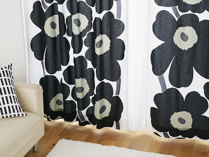 北欧デザインの代名詞でもあるマリメッコのウニッコ柄。大きなウニッコ柄のカーテンを使用するだけで、お部屋が一気に北欧風に近づきます。黒を選ぶと他のインテリアにも合わせやすくなります。