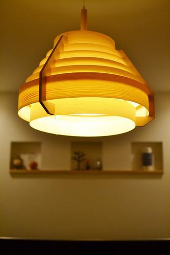 リビングやダイニングなどのお家のメイン照明となるライトには暖かな光が広がるペンダントライトを吊るすのがオススメ。北欧らしい木製のシェードのものは、より一層暖かな雰囲気になります。