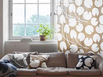 柄の入ったカーテンに抵抗がある方は、クッションとカーテンを同じ柄でコーディネートしてみてはいかがでしょう。お部屋にまとまりが出て落ち着いた印象になりますよ。写真のようなナチュラルなカラーを選べば北欧ならではの暖かみも演出できます。