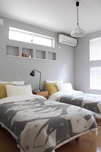 カーテンと同じくらい大きな面積を占めるベッドに、北欧柄をプラスすることでお部屋の雰囲気がぐっと北欧テイストに近づきます。こちらはブランケットを使って北欧風にコーディネート♪