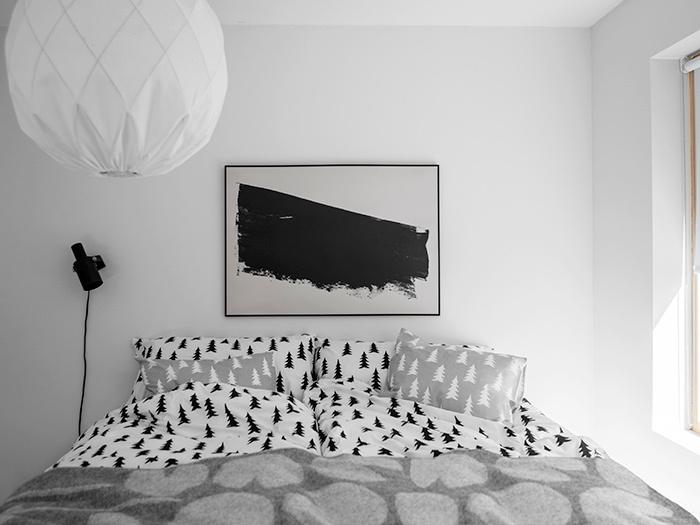 総柄のカバーリングはモノトーンで揃えるとすっきりとした印象になります。枕やクッション、布団カバー全てを同じトーンでコーディネートするのがポイントです。
