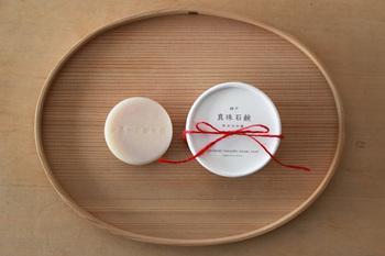 丸い石鹸に丸いパッケージが可愛らしい。細く赤いリボンがちょっとしたプレゼント感を演出してくれます。