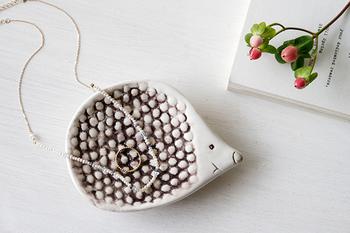 ソープディッシュとしてはもちろんのこと、小物置きにしても可愛らしい。小さな物を置いても凹凸があるから取りやすそう。