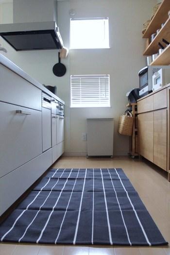 キッチンマットは80cm☓150cmのワイドサイズで、キッチンはもちろんベッドサイドにも◎ 職人さんによるハンドメイドで素敵です。