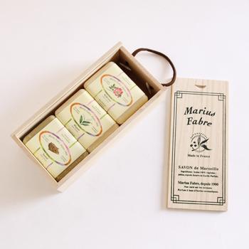 石鹸は木箱に入れられてパッケージされています。素敵な木箱はしばらく飾っておきたい。
