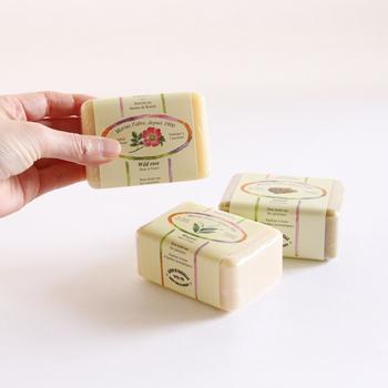 香りの種類はワイルドローズ、スズラン、サンダルウッドの三種類。どれから使おうかワクワクしますね。