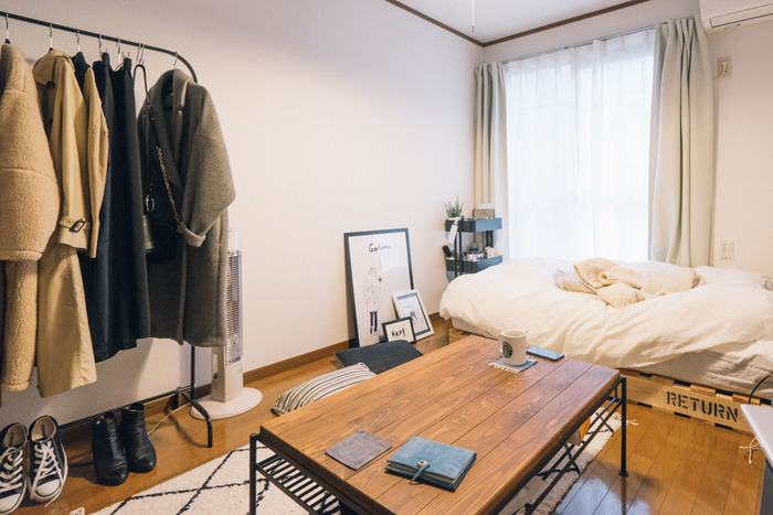 住むお部屋がどのような収納になっているかによっても変わってきますが、最低限の収納アイテムは必須です。持ち物の量によって、寝室・リビング・キッチン・玄関・洗面所・トイレなど各部屋に見合った収納アイテムを用意しておくと便利です。
