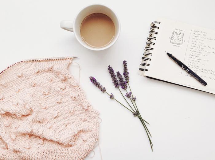 デンマークでは冬が長く厳しいことから、母親が子供たちに、または祖母が孫たちにセーターや靴下を手編みして着せていることも多いそう。 手作りならではのぬくもりや温かみは、心を豊かにしますよね。これも幸せを感じる「ヒュッゲ」に繋がります。