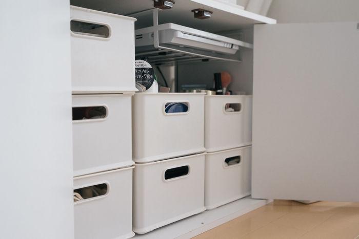 理想的なのはどのお部屋でも使い回しのきく3段ボックスやスタッキングボックス。サイズも豊富でリーズナブルなアイテムも多いので選択肢も広いです。 どのメーカーを選ぶとしても定番品で、いつでも欲しいときに同じものが買い足せればベスト。収納アイテムを揃えることでお部屋はすっきりして見えますよ。色も揃えておきましょう。