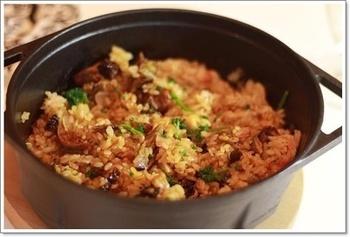『ポルチーニとドライトマトのごはん』  世界3大きのこのひとつ「ポルチーニ」。日本では乾燥したものが売られているので、水で戻して使うと旨みも一緒にいただけます。お米とドライトマト、ニンニクなどを一緒に炒めたらダッチオーブンで加熱します。ポルチーニとドライトマトの戻し汁を吸ったごはんは風味豊か。ランチにもディナーにも、お酒のしめにおすすめです。