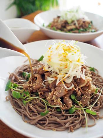 甘辛く煮込んだ豚肉をのせて、濃いめのダシで頂くお蕎麦は、仕上げのラー油が美味しさのポイント。 ガッツリ食べたい男性にも喜んでもらえるレシピです。