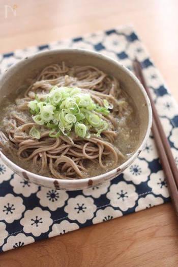 生姜をきかせたおろし蓮根つゆを絡めながら頂くお蕎麦は、めんつゆもダシも不要。 蓮根のトロっとしたつゆがそばに絡んで、食物繊維もたっぷり摂れるレシピです。