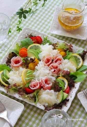 『白きくらげと生ハムのお花畑サラダ』  薬膳料理で使われることの多い「白きくらげ」は、果物のような香りとコリコリとした歯触りが魅力。最近は大きなスーパーなどで見かけることも増えてきました。透明感のある色合いとクセのない味わいは、レタスやトマト、アボカドなどどんな野菜とも好相性◎