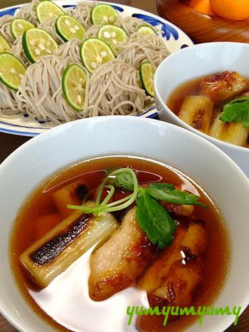 鶏肉と白ネギのうま味がとけ出した熱々のダシでいただく冷たいお蕎麦。 濃厚なだしと爽やかなすだちの絶妙な相性がとっても美味しい♪