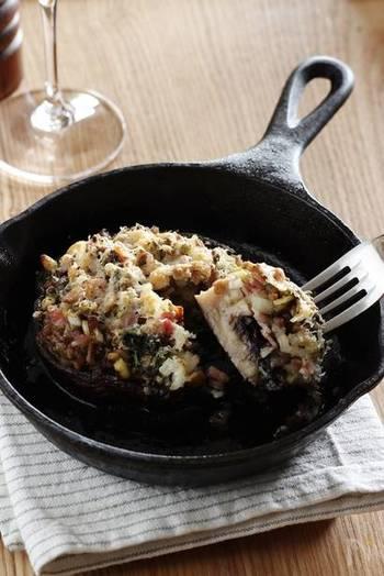 『ジャンボマッシュルームのオーブン焼き』  ジャンボマッシュルームをオーブントースターで丸ごと焼いたダイナミックなお料理。肉厚のマッシュルームは独特の歯ざわりが最高です。スキレットで焼いてテーブルに運べば、ゲストが思わず歓声をあげるメイン料理になりますよ。