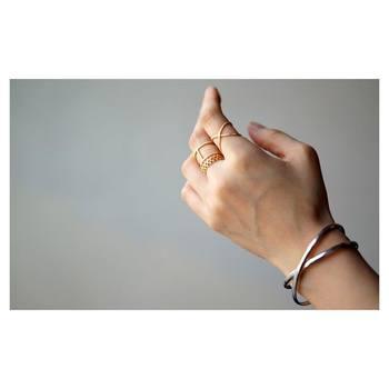 クロスになっているバングルとリングで形をそろえた重ね付け。リングはゴールド、バングルはシルバーでもぴったり合います。