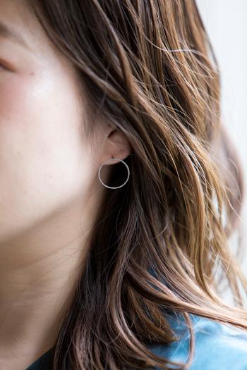 シンプルなフープタイプのイヤリングやピアスは、誰にでも似合うデザインです。こちらは二つのフープで耳たぶを挟むような形になっています。