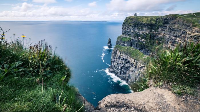 海面からの高さが200メートルを超える断崖絶壁が、約8キロメートルに渡って続くモハーの断崖は、アイルランドを代表する観光名所の一つです。訪れる人々に忘れることができない強烈な印象を与えるモハーの断崖は、『ライアンの娘』『プリンセス・ブライド・ストーリー』といった映画のロケ地にもなっています。