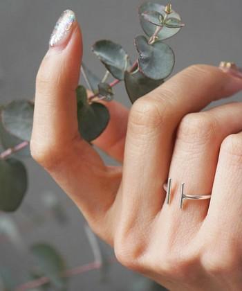 Iの形が二つ並んだようなデザインのリング。指を長く見せてくれます。シンプルなので、他のリングと重ねづけしてもいいですね!