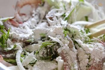小麦粉、片栗粉を加えて具材全体に打ち粉をしたら混ぜ合わせます。片栗粉を加えることでカリッとした食感がアップ。混ぜすぎず、「まぶす」くらいでちょうどいい◎