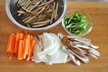 具材が野菜ばかりなら火の通りにくそうなものは小さめに。魚介や肉などと合わせる場合は、野菜を小さくするか他の具材を大きめにして、均等に火が通るように考えて切ります。小さすぎると素材どうしが絡まらず、揚げるときにバラバラになるので気を付けて。