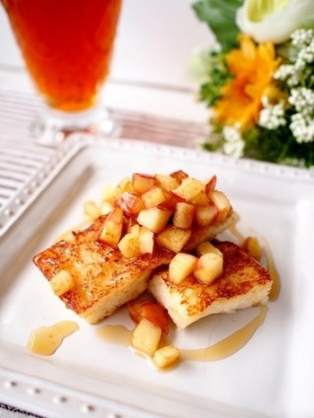 ゴロゴロとした角切りりんごの食感が楽しい、卵不使用のフレンチトースト。お好みでメープルシロップや蜂蜜を加え、甘さが引き立つごちそうスイーツに。シナモンシュガーを振りかけて、アップルパイのような風味を楽しみましょう。もちろん、甘みのないシナモンをきかせても、シロップの甘さが引き立って美味しいですよ。
