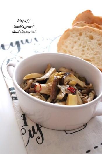 『きのこのオイル蒸し』  レンジで作る手軽なアヒージョのレシピは、しめじ、エリンギ、まいたけを耐熱皿に入れ、オリーブオイルやにんにくを絡めてチンするだけ。これなら、忙しい時の一品としてパパッと作れますね!