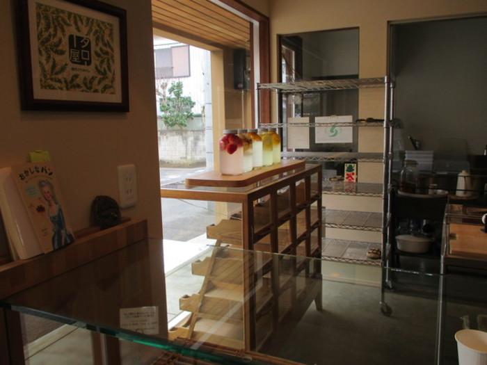 自家製菜園でとれる素材を使い、自家製酵母で作るパンが評判です。ガラス瓶に果物とお水が入っていますが、これで酵母をおこしているそうですよ。