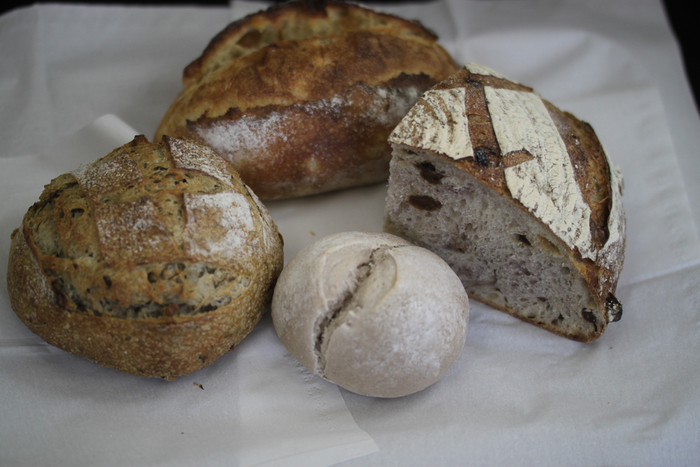 カンパーニュは1/4カットもあり、様々なお味や酵母の香りを試したくなりますね。天然酵母は、噛み応えのあるパンが多いですが、こちらは比較的柔らかい食感です。