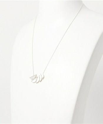 シルバーで月の動きを表現したデザインのネックレス。繊細ながらも主張のあるトップが綺麗です。
