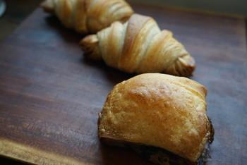 12:00の開店からイーストを使ったパン、15:30以降は天然酵母パンを販売しています。 こちらは、天然酵母生地の「クロワッサン」と「パンオショコラ」。ザクザクした食感と豊かな風味が他では味わえない初めての体験です。