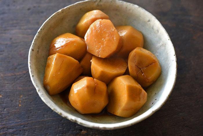 こちらは、あえてぬめりを取らず、里芋のねっとり感を生かした煮っころがしの作り方。味もからみ、色よく仕上がるようです。昔ながらの田舎風の煮っころがしにするには、おすすめの方法。もちろん、お好みでぬめりを取ってから煮るのもいいですね。