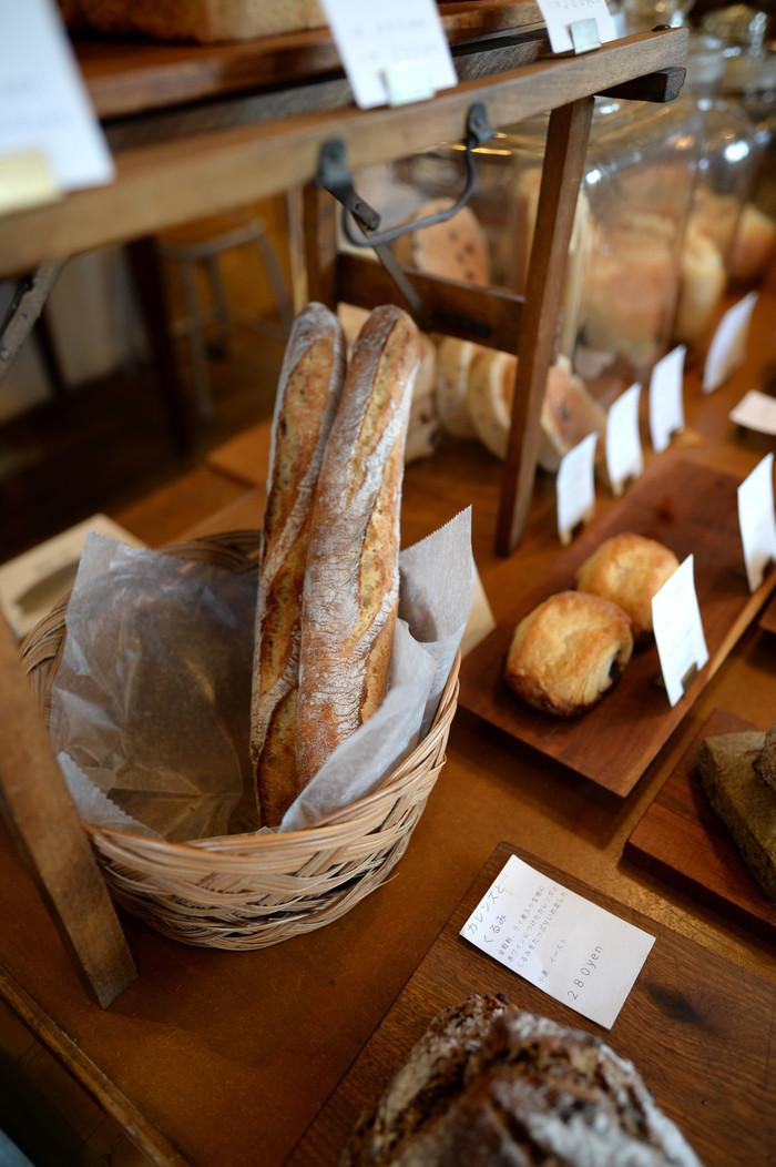 幸手駅からあるいて25分ほどのところにある「cimai(シマイ)」は、名前のとおり姉妹が営む人気のベーカリーです。姉の大久保真紀子さんが天然酵母のパンを、妹の三浦有紀子さんがイーストを使ったパンを焼いています。不定休なので、お出かけ前にHPで確認して下さいね。