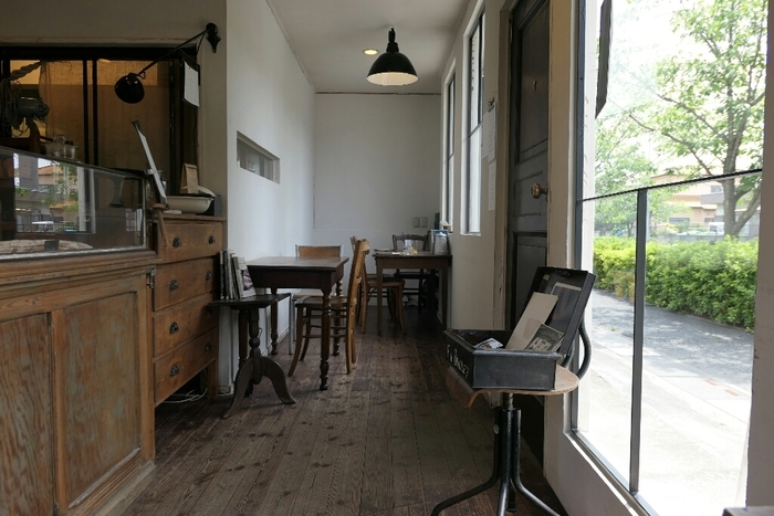 アンティークな家具が配され、「ここはパリのアパルトマンかしら?」と思うような素敵な店内。イートインもできますよ。
