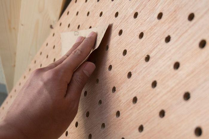 DIYの材料を買い出しに行くと、売り場には様々な木材が並んでいますよね。「ベニヤ板を買いに行ったものの似たような板材がたくさんあって迷ってしまった」、「もっと薄い板材が欲しいのに」、などなど売り場で悩んだことのある人も多いのでは。DIYにとって、それぞれの特徴をおさえた上での材料選びは大事な工程のひとつです。最近、DIYで人気の素材と、おなじみの素材を中心に、DIY初心者さんにも使いやすい板材をまとめてみました。