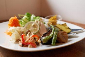 せっかく行くなら、お野菜たっぷりのランチも一緒に頂きたいですね。もちろん、自家製天然酵母パンも付いてきます。