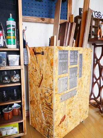 構造用パネルとも呼ばれるOSB板は小さな木片を固めて板状にしたもの。見た目にも木片の集まっている様子が個性的ですよね。 普段表に出して使う板材ではないため、ささくれ立っていたりもしますが、この無骨さを感じる見た目から男前インテリアの素材として使用する人も。水気を吸うと膨張するため、濡れるような場所での使用は避けたほうが無難。 なお、合板などを生産する際の端材を細かくして使っているため、環境にも優しい材です。  写真は木材の端材を入れるコンテナーとして。独特の雰囲気があって、金具類との相性もバッチリですね。