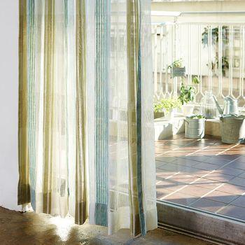 カーテンは陽射しのコントロールだけでなく、外からの視線も防いでくれます。とくに一人暮らしの場合防犯面を考慮して、付けた方が良いでしょう。 夜照明を付けても透けて見えにくい遮光タイプがおすすめですが、ロールカーテンやブラインドなどいろいろなタイプがありますのでお好みで。