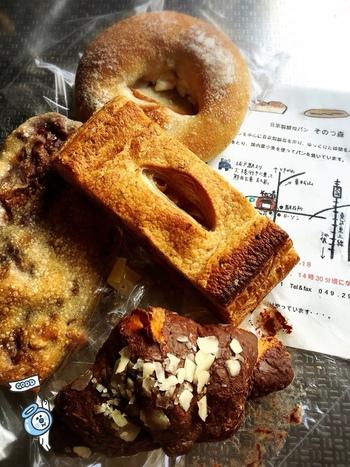 埼玉県比企郡鳩山町という立地にある「そのつ森」。レーズンをメインに季節の野菜やフルーツから自家製酵母を作り国内産小麦でパンを焼いています。
