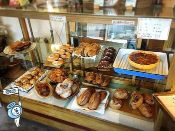 美味しそうなハード系のパンが並んでいます。パンの他にもお茶やコーヒー、ジャムなども販売しているそうです。