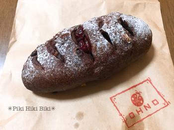 「ココアパン」は、有機ココアのビターな生地にクランベリーの甘酸っぱさがアクセントになった大人の味です。