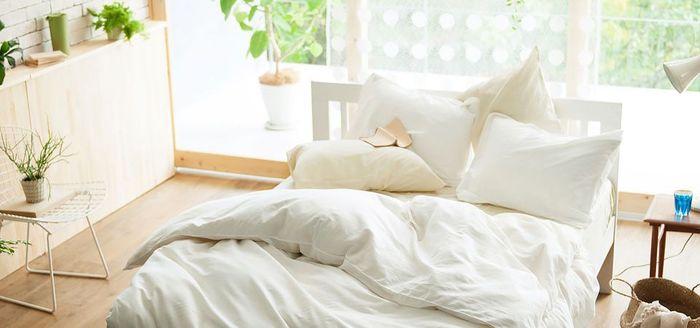 寝具はベッドにするかどうかに関わらず必要です。布団やカバー類など必要な寝具がセットになっているものを選ぶとお得ですよ。お住いの地域によってはまだ肌寒いこともありますので、タオルケットやブランケットが1枚あると便利です。