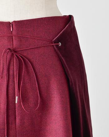 縫製の良し悪しが見えるのは、ボトムスの裾の処理、ウエスト部分の補強、ポケットの縫い付け部分など。荒い縫い目だと後々ほつれて型崩れしてきます。細かく丁寧に縫われているか生地を裏返して見てみて。 柄物の場合、繋ぎ目の柄がキレイに合っているかどうかというところにも、作り手のきめ細かさが現れます。