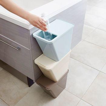分別のために複数必要なゴミ箱は、置く場所によって縦にも横にも置けるタイプがベスト。キッチン以外では、小さなゴミ箱に燃える・燃えないの2種類の袋を入れておけば、回収が楽になりますよ。