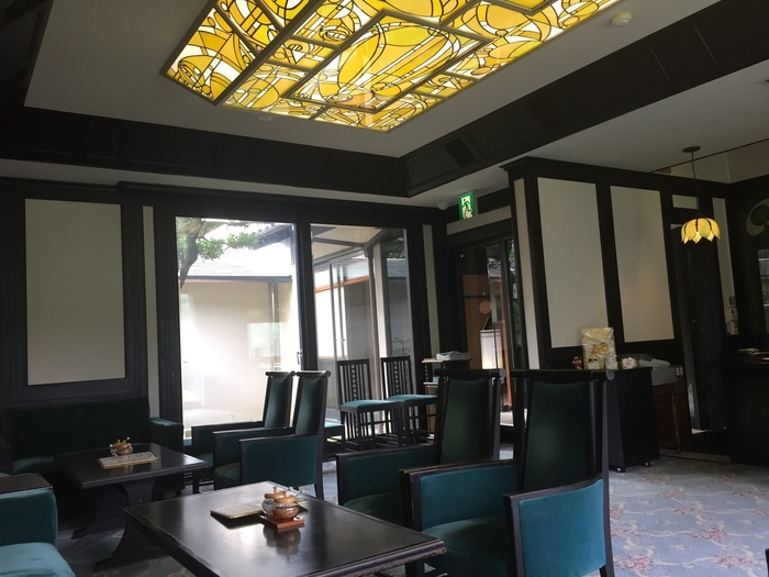 1919年(大正8年)に建てられ、岩崎別荘や住友別荘と並んで「熱海の三大別荘」と賞賛された起雲閣内にある喫茶室。大正ロマン溢れるアンティークな空間は慌ただしい日常を忘れてゆったり過ごすには最適。大きな窓からは昭和の「鉄道王」と呼ばれた根津嘉一郎により整えられた見事な庭園が一望できます。